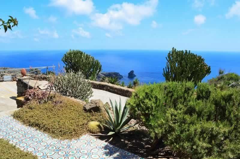 Terrazzo con vista faraglione  - Dammuso Ettore & Giulia Pantelleria